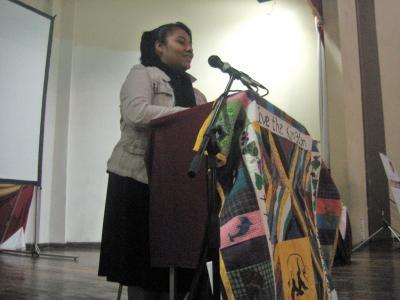 Licda. Karen Patricia Gregorio de Calderón impartiendo el discurso principal.