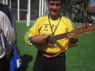 Boliviano cantando con el charango.